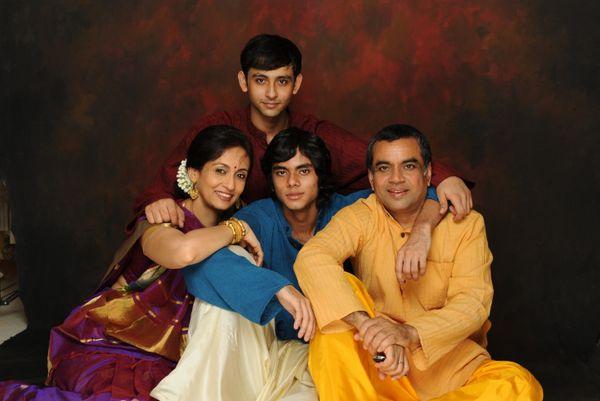 परेश रावल, पत्नी स्वरूप संपत, बेटे अनिरुद्ध और आदित्य।
