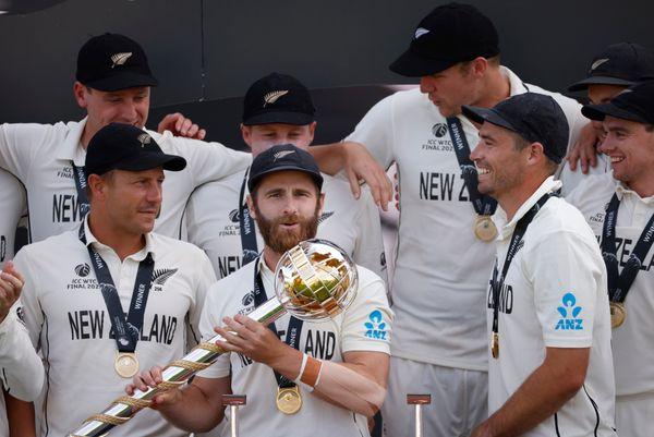 जीत के बाद चैंपियन टीम को मिलने वाली गदा के साथ न्यूजीलैंड के प्लेयर्स।