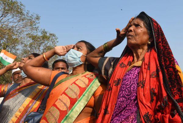 मुंबई में ध्वजारोहण के बाद तिरंगे को सलामी देती हुई महिलाएं।