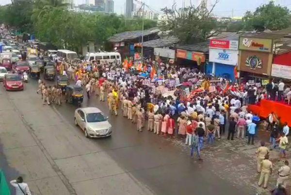 मुंबई के दहिसर चेक नाक के पास वेस्टर्न एक्सप्रेस हाईवे पर OBC आरक्षण की मांग को लेकर भाजपा के नेता आंदोलन कर रहे है।