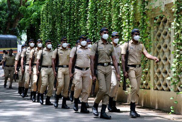 राजकीय सम्मान के साथ अंतिम विदाई दी गई।  पुलिस दिलीप कुमार के घर आई थी