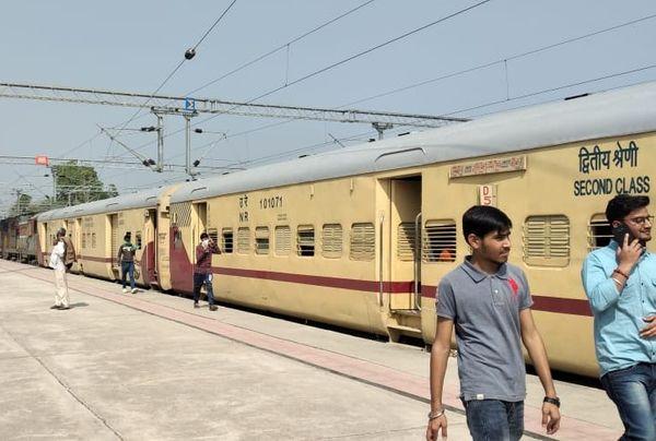 अलवर के राजगढ़ रेलवे स्टेशन पर खड़ी इंटर सिटी एक्सप्रेस। इससे अगले स्टेशन मालाखेड़ा में किसान पटरी पर हैं।