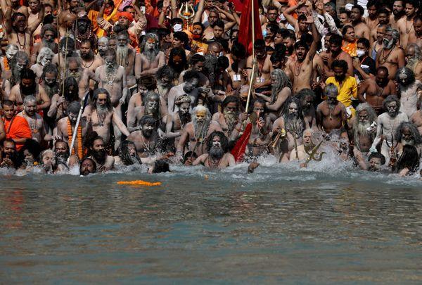 शाही स्नान के दौरान साधु-संतों समेत लाखों लोगों ने गंगा में डुबकी लगाई। इसी दौरान दो हजार से ज्यादा लोग कोरोना से संक्रमित हो गए थे।