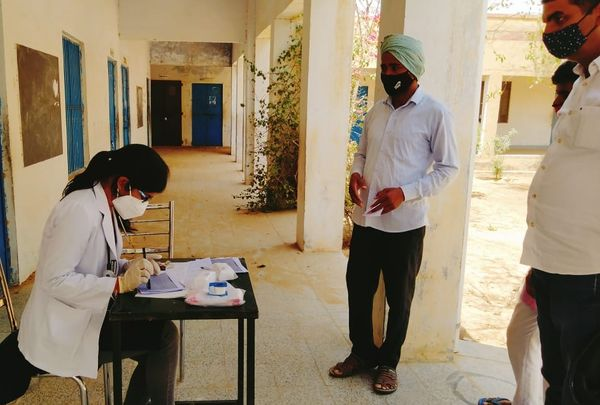गांवों में स्कूल को ही अस्पताल बना दिया गया है, जहां लेडी डॉक्टर्स भी दे रही हैं सेवा।