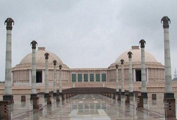 मिर्जापुर के गुलाबी पत्थरों से तराशा गया पार्क और उसमें हुई नक्काशियां।