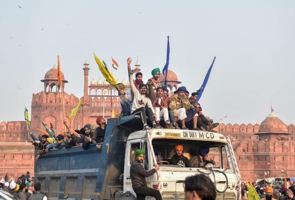 पुलिस की बैरिकेडिंग को तोड़ते हुए किसानों का काफिला दिल्ली के लाल किले तक पहुंच गया।