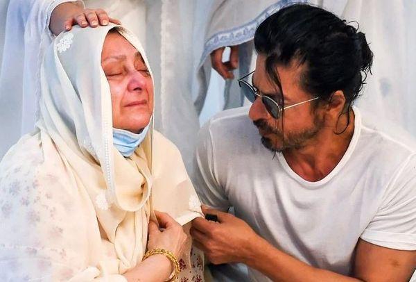 दिलीप कुमार की अंतिम विदाई में रोती हुई सायरा बानो को शाहरुख खान ने संभाला था।