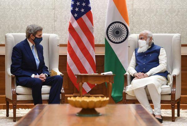 पंतप्रधान नरेंद्र मोदी यांनी 7 एप्रिल रोजी जॉन केरी यांच्या भेटीच्या हा फोटो @narendramodi या आपल्या सोशल मीडिया अकाउंटवरून पोस्ट केला होता.