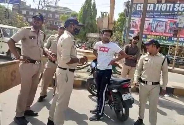 रीवा में पुलिस ने नियम तोड़ने वाले की बाइक की हवा निकाल दी।