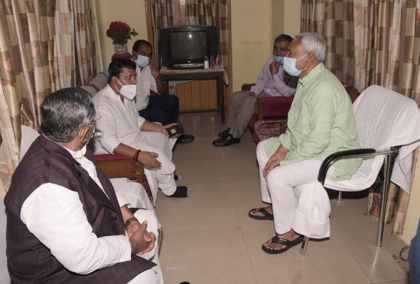 बंदर बगीचा स्थित सरकारी आवास पर पथ निर्माण मंत्री से बातचीत करते मुख्यमंत्री नीतीश कुमार।