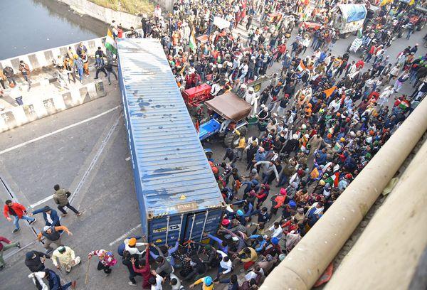 गाजीपुर बॉर्डर पर किसानों ने कंटेनर को ट्रैक्टर से हटाया और दिल्ली में दाखिल हुए।