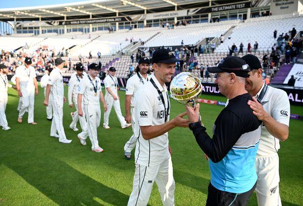 फाइनल जीतने के बाद मिली गदा को ट्रेंट बोल्ट ने बाद में कोच माइक हेसन को सौंप दिया। साथ में हैं नील वैगनर।