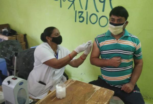 टीकाकरण करते हुए युवा।