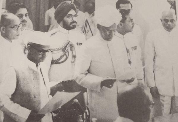 पंडित नेहरू के निधन के 13 दिन बाद लाल बहादुर शास्त्री ने देश के दूसरे प्रधानमंत्री के रूप में शपथ ली।