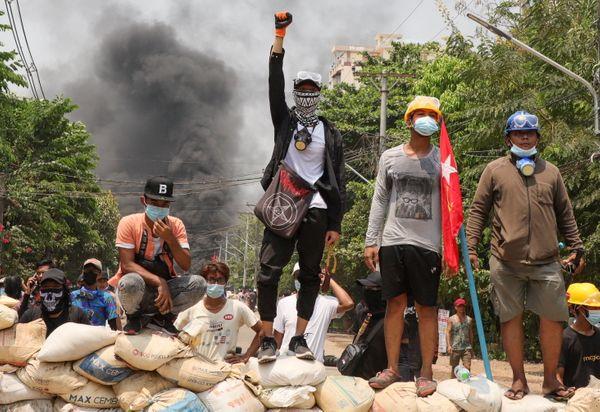 म्यांमार में तख्तापलट के खिलाफ कई शहरों में लोग हिंसक विरोध-प्रदर्शन कर रहे हैं।