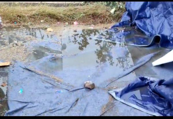 शाहजहांपुर हरियाणा बॉर्डर पर तंबू के बाहर और अंदर पानी भर गया।