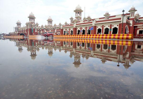 लखनऊ में हुई बारिश के बाद चारबाग रेलवे स्टेशन के सामने भरा बारिश का पानी।
