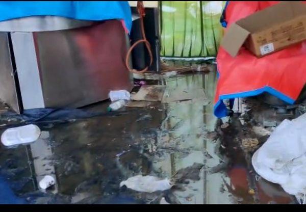 शाहजहांपुर हरियाणा बॉर्डर पर किसानों के तंबू में इस तरह पानी भर गया।