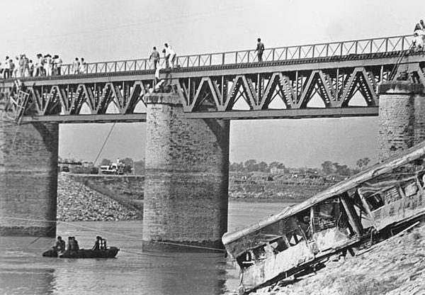 6 जून 1981 को बागमती नदी के पुल से गुजर रही ट्रेन के 7 डिब्बे नदी में जा गिरे।