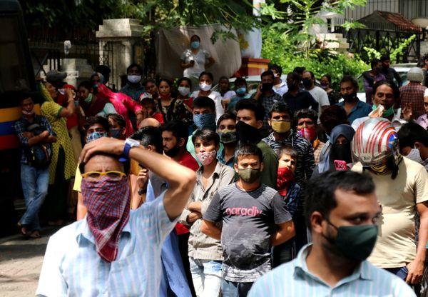 दिलीप कुमार के घर के बाहर फैन्स का जमावड़ा लगा हुआ है।