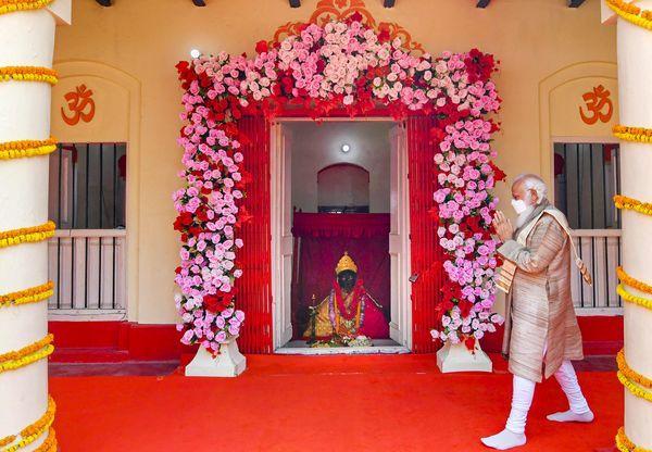 PM મોદી 26-27 માર્ચના રોજ બાંગ્લાદેશ પ્રવાસ પર હતા. અહીં તેમણે દેશની સ્વતંત્રતાની 50મી વર્ષગાંઠમાં ભાગ લેવા ઉપરાંત જેશોરેશ્વરી મંદિરમાં દર્શન કરવા ગયા હતા