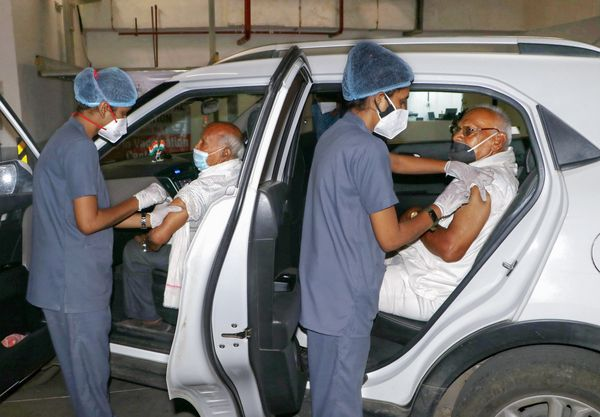महाराष्ट्र के नागपुर में ड्राइव-इन वैक्सीनेशन सेंटर बनाए गए हैं। यहां पहुंचे दो बुजुर्गों को हेल्थ केयर वर्कर्स ने टीका लगाया।
