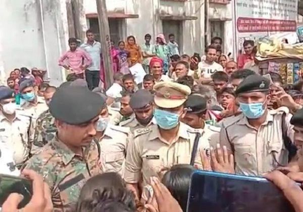 हंगामा कर रही भीड़ को समझाते बगहा SP और अन्य अधिकारी।