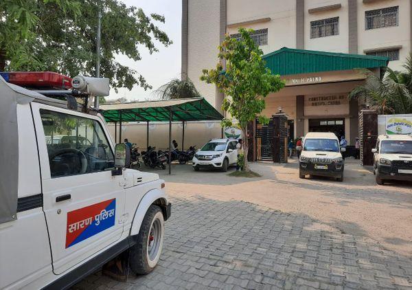 पटना के NMCH में वैक्सीन ले जाने के लिए पहुंची सारण पुलिस की गाड़ी।