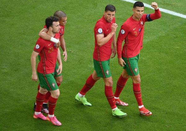 गोल करने के बाद क्रिस्टियानो रोनाल्डो (दाएं) और पुर्तगाल की टीम जश्न मनाती हुई।