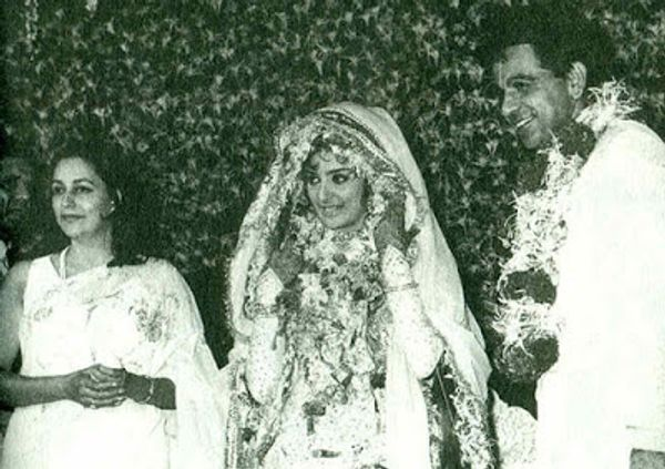 1966 में सायरा बानो के साथ अपने निकाह के दौरान दिलीप कुमार। साथ में नसीम बानो खड़ी हैं जो कि सायरा की मां हैं। दिलीप कुमार और सायरा बानो के दिल मिलाने में नसीम बानो का बहुत बड़ा हाथ था।