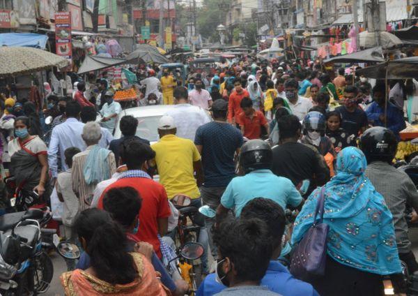 मुंगेर में लॉकडाउन की खबर सुनते ही मुख्य बाजारों में उमड़ी भीड़।