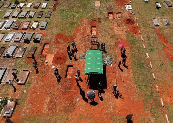 ब्राजील की राजधानी ब्राजिलिया में कोरोना मरीजों के मौत के मामले बढ़े हैं। इसलिए एडवांस में कब्रें खोदी जा रही हैं।