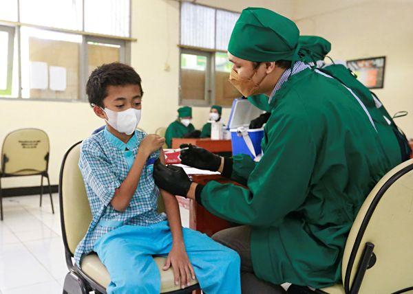 इंडोनेशिया में बच्चों को तीसरी लहर के असर से बचाने के लिए वैक्सीन लगाई जा रही है। भारत में अब तक बच्चों को टीका लगाने की मंजूरी नहीं है।
