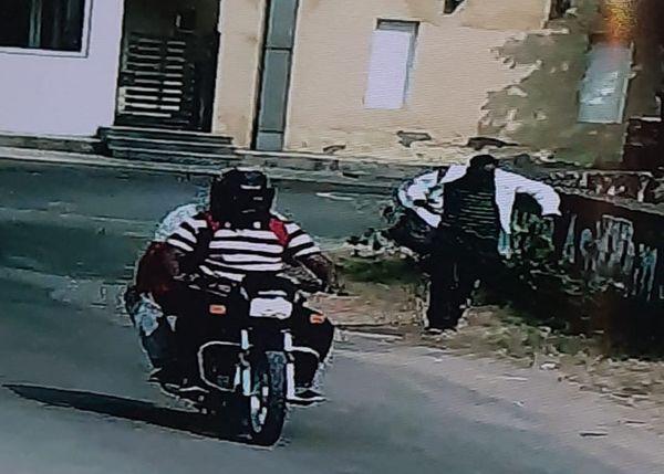 बदमाशों ने रुपए लूटने के बाद अपनी कार को मुहाना इलाके में एक अपार्टमेंट के बाहर खड़ा कर दिया। इसके बाद किसी बाइक पर बैठकर भागे। उनके पास रुपयों से भरे बैग नजर आए।