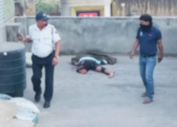 कार की टक्कर के बाद युवक उछलकर पास के मकान की छत पर गिरा।