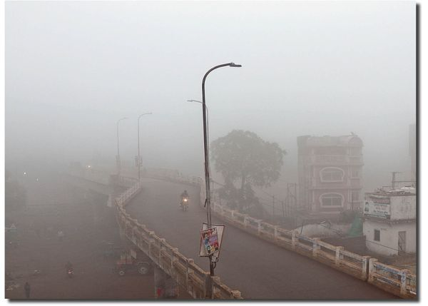 अशोकनगर में सुबह से ही घना कोहरा छाने के कारण आरओबी ढंक गया, कोहरे से विजिबिलिटी 50 मीटर रह गई।