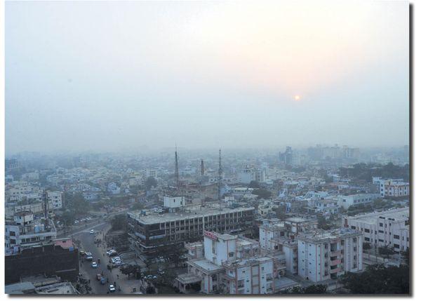 जयपुर में शीतलहर चलने से न्यूनतम तापमान 4 डिग्री तक लुढ़का है। यहां सुबह-सुबह फिर घना कोहरा छाने लगा है।