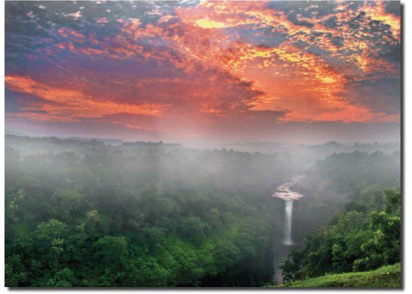 मध्य प्रदेश का जोगी भड़क वाटर फॉल- सुबह 6 बजे उगते सूरज के बीच तिरंगे में प्रकृति का नजारा दिखाई दिया।