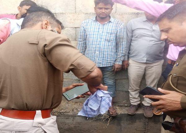 निठारा पुलिया के पास सोमवार को दिनदहाड़े हत्या के बाद जांच करती शाहपुरा थाना पुलिस