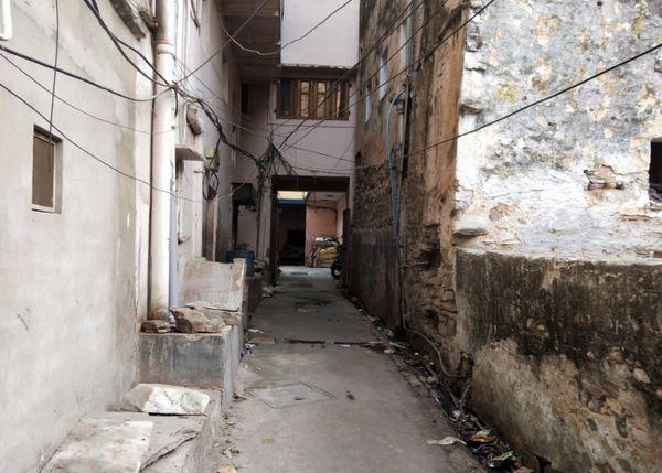 इस संकरी गली में बने मकान में है हवाला कारोबारी का ऑफिस, जहां लूट की वारदात हुई