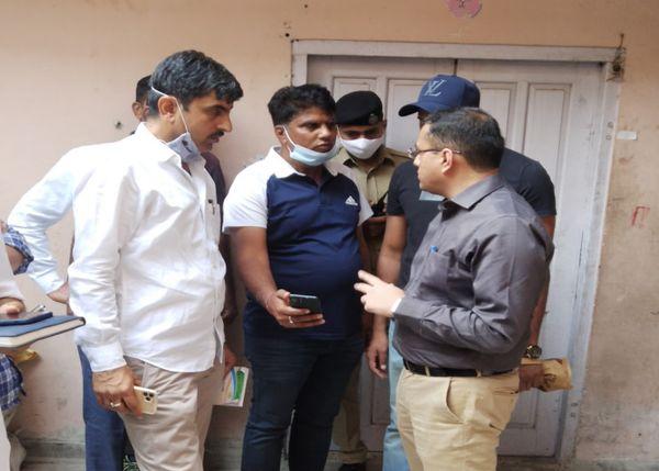 डीसीपी क्राइम दिगंत आनंद घटनास्थल पर कमिश्नरेट की स्पेशल टीम के पुलिसकर्मियों से जानकारी लेते हुए।