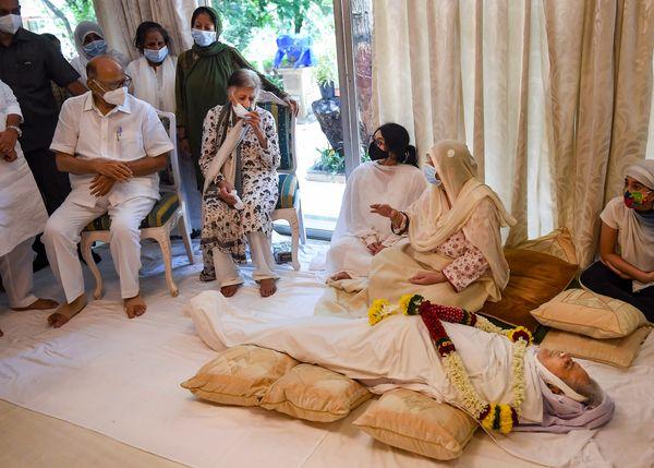 एनसीपी चीफ शरद पवार भी दिलीप कुमार के अंतिम दर्शन करने पहुंचे।