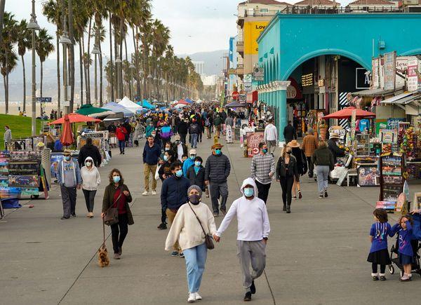 अमेरिका के कैलिफोर्निया में स्टे ऐट होम ऑर्डर दो हफ्ते बढ़ाया जा रहा है। इस बारे में आदेश आज शाम तक जारी किया जा सकता है। अमेरिका के इस राज्य में सबसे ज्यादा संक्रमित हैं। फोटो सोमवार की है। तब लास एंजिलिस की सड़क पर लोग इस तरह घूमते नजर आए थे।