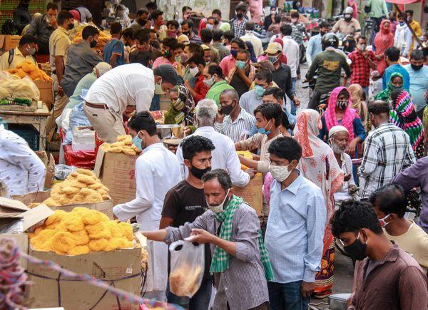 WHO की रिपोर्ट में कहा गया है कि भारत में दूसरी लहर के लिए वैरिएंट्स के साथ-साथ राजनीतिक रैलियां और धार्मिक आयोजन भी जिम्मेदार हैं। उसका इशारा कुंभ मेले में उमड़ी भीड़ को लेकर था। WHO की रिपोर्ट आने के एक दिन बाद ही ईद से पहले दिल्ली के बाजारों में भीड़ उमड़ी। कई लोग बिना मास्क के या नाक के नीचे मास्क पहने नजर आ रहे हैं।