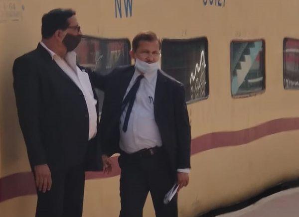 इसी स्टेशन पर फिर एक ने मास्क लगाया तो दूसरे ने नाक से नीचे कर लिया।