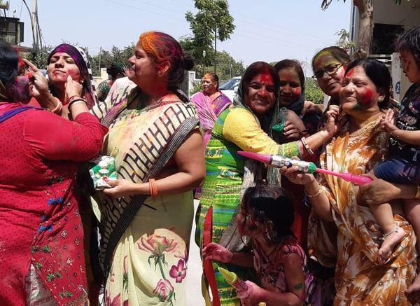 दोपहर होते होते महिलाएं भी मैदान में आ गई। गली मोहल्ले में 2-4 ग्रुप बनाकर एक दूसरे के घरों में जाकर रंग व गुलाल लगाया।