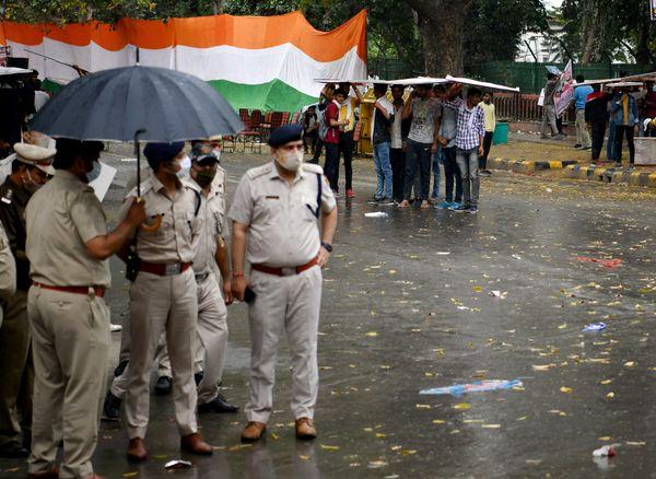 दिल्ली में भी हल्की बारिश की वजह से मौसम में कुछ ठंडक लौट आई।