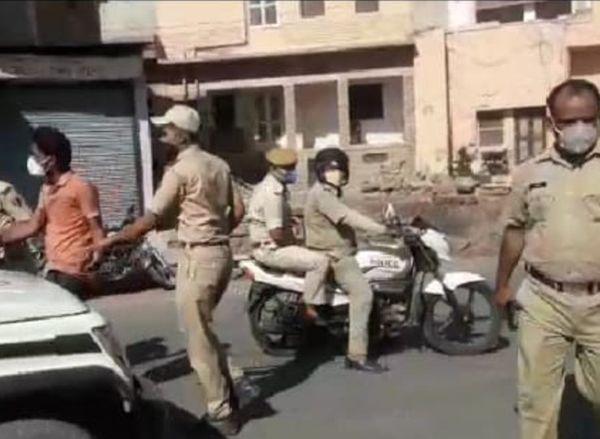 नागौर शहर में पुलिस सख्ती दिखाते हुए।