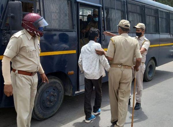 बाहर फिर रहे युवक को पकड़कर क्वारेंटाइन सेंटर भेजते हुए पुलिस।