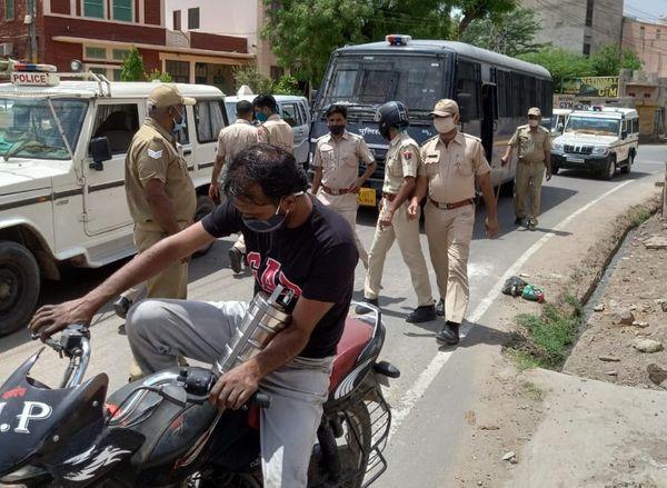 पुलिस सख्ती के साथ करा रही है गाइडलाइन की पालना।